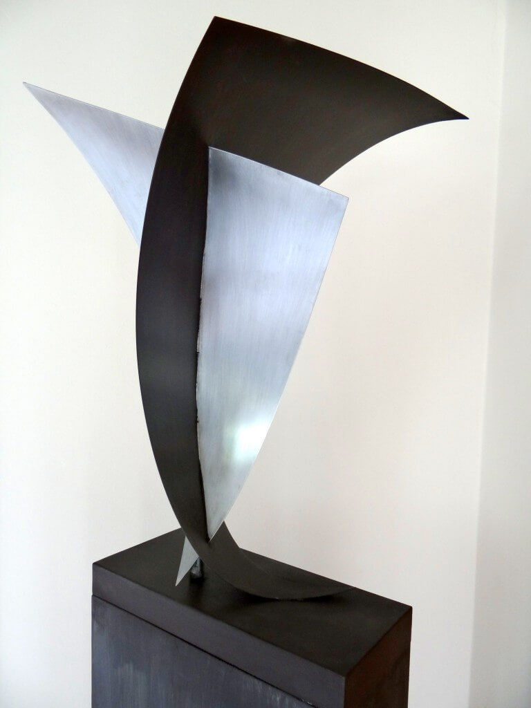 """""""Innig verbonden"""" symboliseert de sterke band. Twee dichte ongelijkzijdige driehoeken, Zink 20, afm. 45 x 55 x 80 cm."""