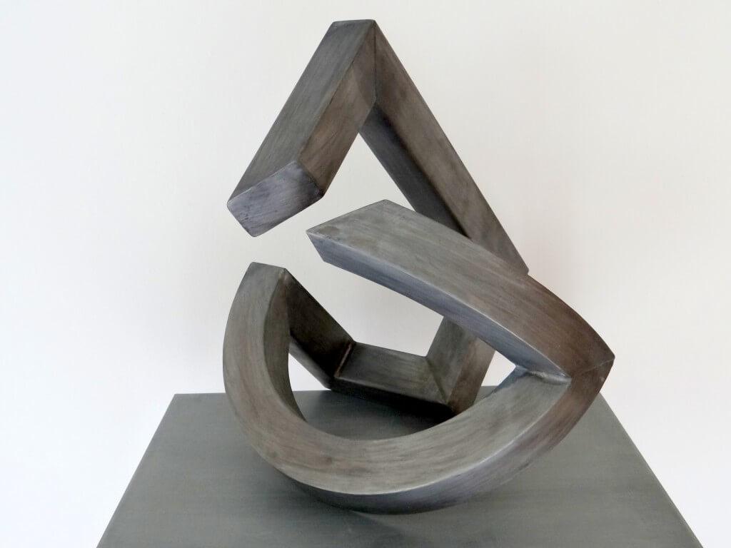 """""""Verbroken verbinding"""" symboliseert de verstandhouding. Koker profiel 5 x 5 cm Zink 14, afm. 45 x 40 x 45 cm."""